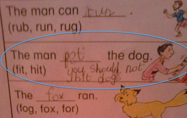 """Bài tập chọn từ đúng để điền vào chỗ trống cho hình ảnh một người đàn ông cuộn tờ   báo đánh chú chó. Bạn học sinh yêu động vật này đã dũng cảm sửa lại đáp án, điền   """"vuốt ve"""" thay vì """"đánh"""" và nhắn nhủ: """"Bạn không nên đánh đập chó""""."""