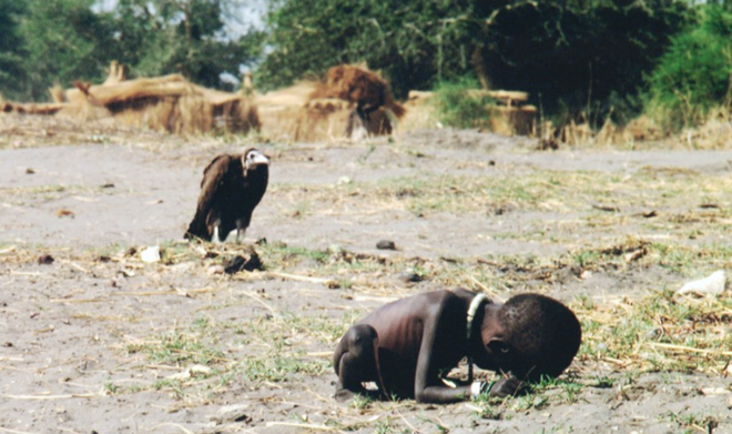 Năm 1993, khi nạn đói hoành hành tại Sudan, Kevin Carter chụp cảnh tượng một bé gái đang cố bò về phía trại cứu trợ, trong khi phía sau em, một con kền kền chờ đứa trẻ chết đói để ăn thịt. Bức ảnh đem lại danh tiếng cho Kevin những cũng khiến anh hứng chịu nhiều chỉ trích.