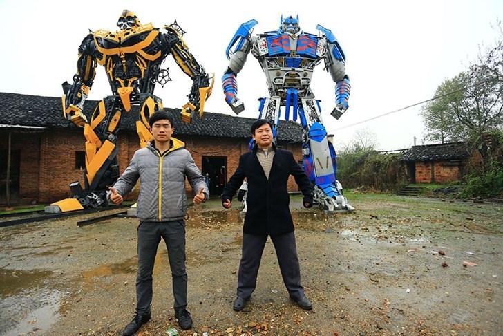 Hai cha con nông dân lắp ráp robot Transformers từ phế thải, kiếm gần 4 tỷ đồng mỗi năm