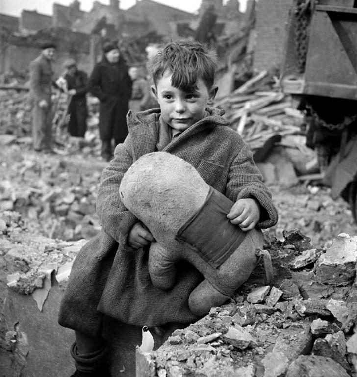 Một em bé ở London đang ôm gấu bông, em bị bỏ rơi trong chiến tranh thế giới II