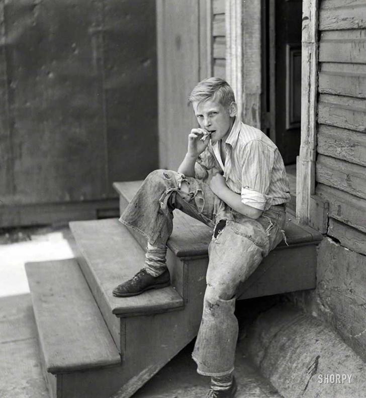 Một cậu bé đang hút thuốc ở Baltimore, 1938