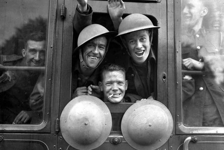 Một nhóm lính Anh, 1939, đang lên tàu khởi hành