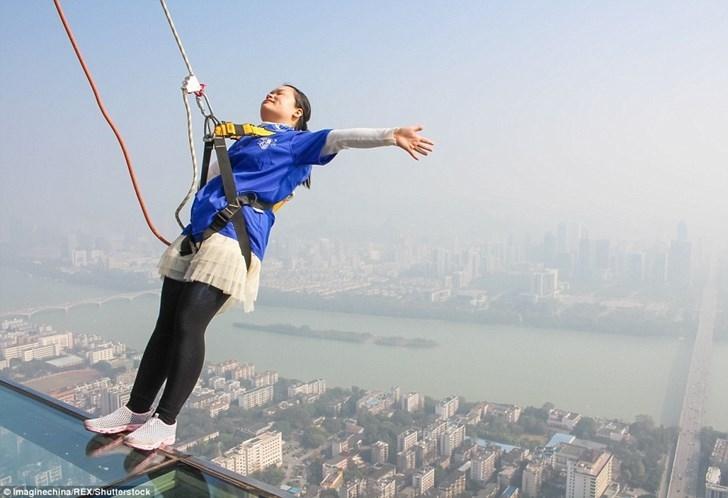 """Tái mặt với """"con đường trên trời"""" ở Trung Quốc"""