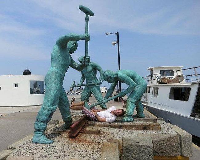 Khi các bức tượng bên đường bị biến thành công cụ tự sướng - Hình 5