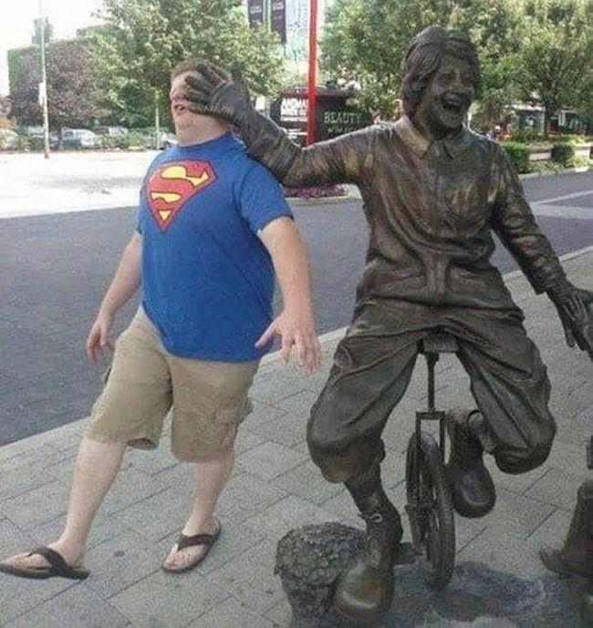 Khi các bức tượng bên đường bị biến thành công cụ tự sướng - Hình 9
