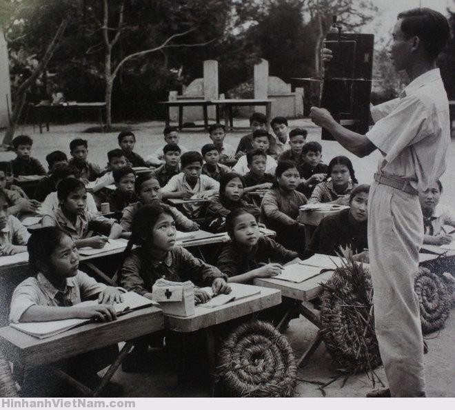 Lớp học ở sân đình, bàn ghế đơn sơ cùng chiếc nùn làm từ rơm