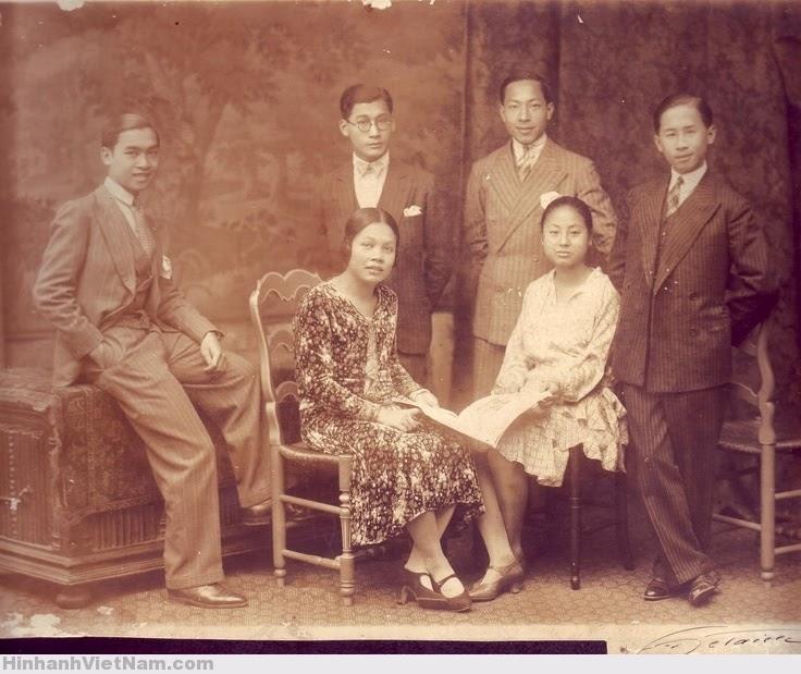 FAMILY GROUP 1930S. ẢNH: ROZIER-VIETNAM. VIETNAM MEMORIES