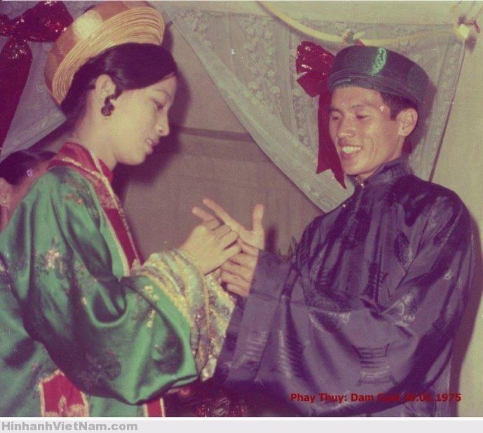 cô dâu Sài Gòn năm 1975 mặc áo gấm lục, đội khăn vành. Chú rể mặc áo lam