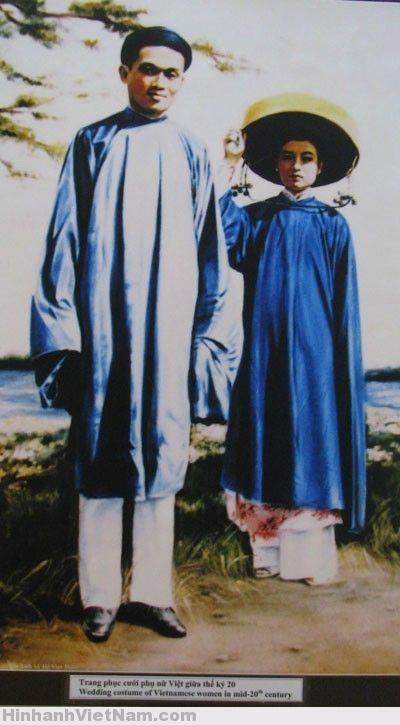cô dâu miền Nam đầu thế kỷ XX, mặc áo xanh ngoài, áo hồng bên trong, đội nón cụ. Chú rể mặc áo lam