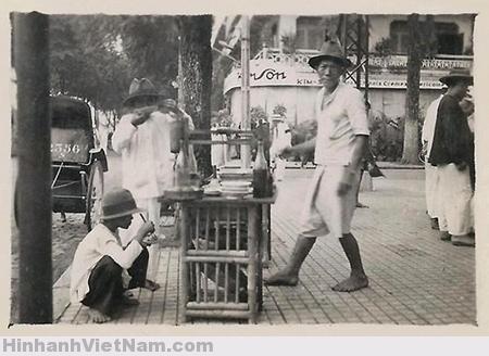 Một quầy bán hủ tiếu góc đường Lê Lợi – Nguyễn Trung Trực, Sài Gòn.