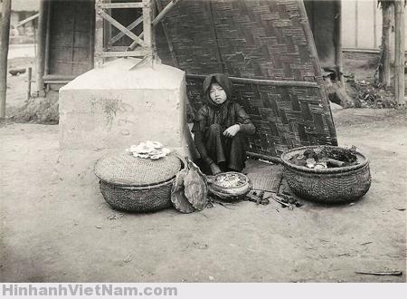 Một em bé bán bánh đa nướng