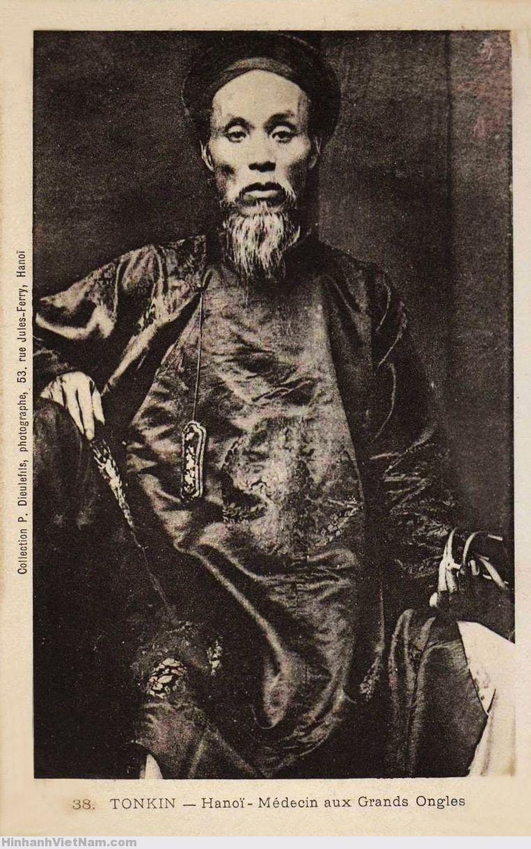 Hà Nội - Ông lang (thầy thuốc) với móng tay để dài