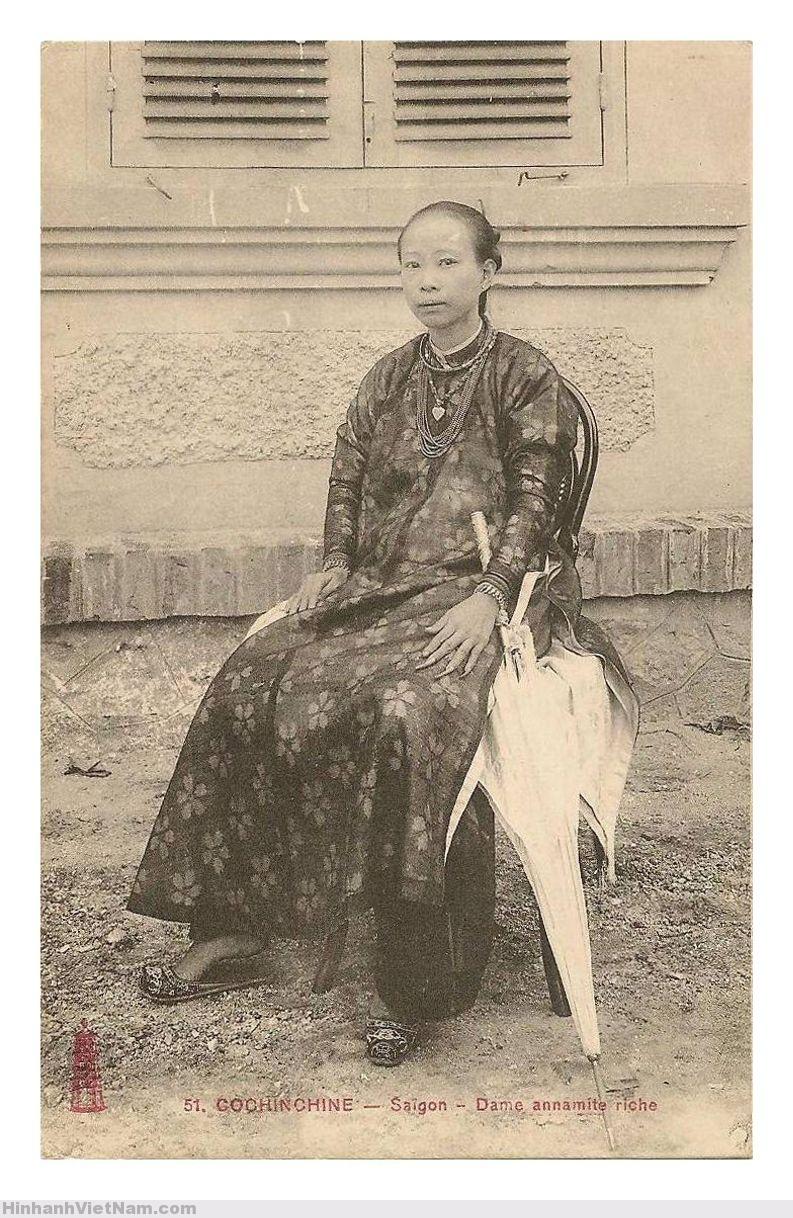 SàiGòn - người phụ nữ nhà giàu với móng tay để dài