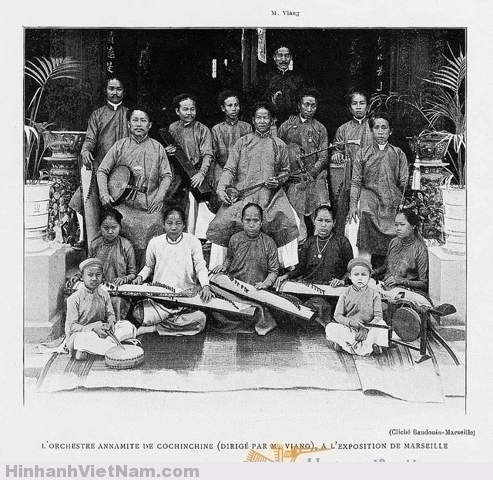 Ban nhạc tài tử Nam Kỳ do ông Viang (người đứng một mình hàng trên cùng) làm làm trưởng đoàn, tại Hội chợ triển lãm Marseille 1906