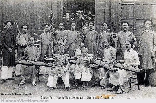 Người đứng giữa chống nạnh chính là ông Nguyễn Tống Triều. Người mặc áo đen bên trái là trưởng đoàn, ông 'Viang'