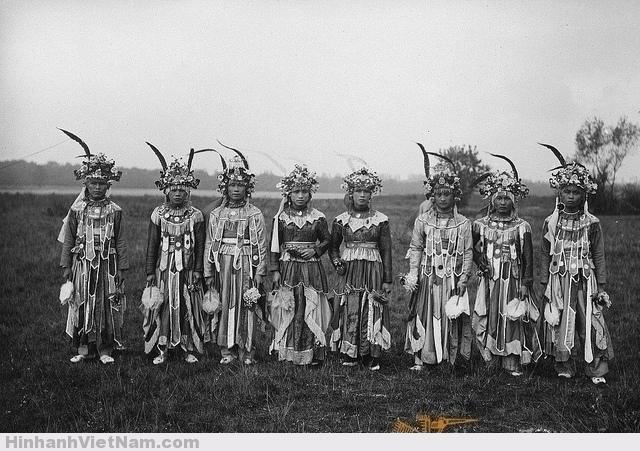 Nhóm múa Bắc Kỳ tại Đấu xảo Thuộc địa Quốc tế Paris 1931 1931 Groupe de danseurs (Tonkin) à Exposition coloniale internationale de Paris (1931). Photo by Paul Pivot