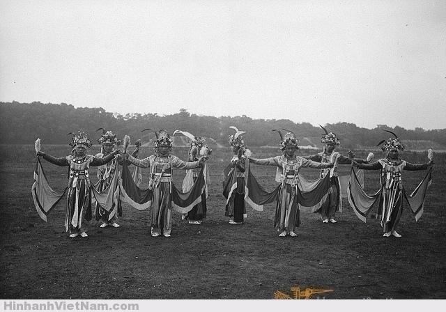 1931 Groupe de danseurs (Tonkin) Danse se faisant également pendant une procession rituelle pour obtenir la pluie ou tout autre bienfait. Photo by Paul Pivot