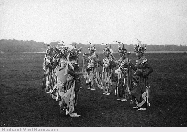 1931 Groupe de danseurs (Tonkin) Photo by Paul Pivot