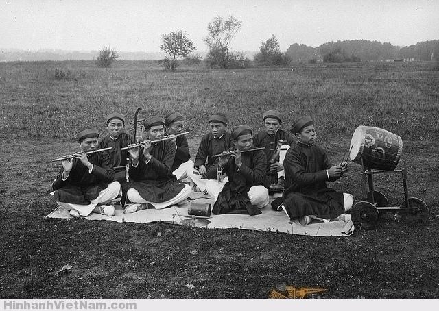 """Ban nhạc bát âm: 4 cây sáo trúc, 2 cây đàn nhị, một trống cơm và một nhạc cụ gõ tên là """"xênh tiền"""""""