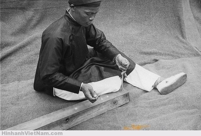 Joueur de monocorde : M. Nguyen Song. Instrument monocorde;Dàn Kinh dôc huyên