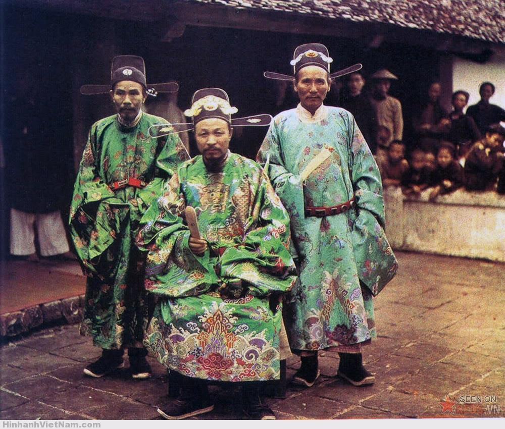 Các vị quan trong phẩm phục nghi lễ ở ngoại vi Hà Nội, 1915.