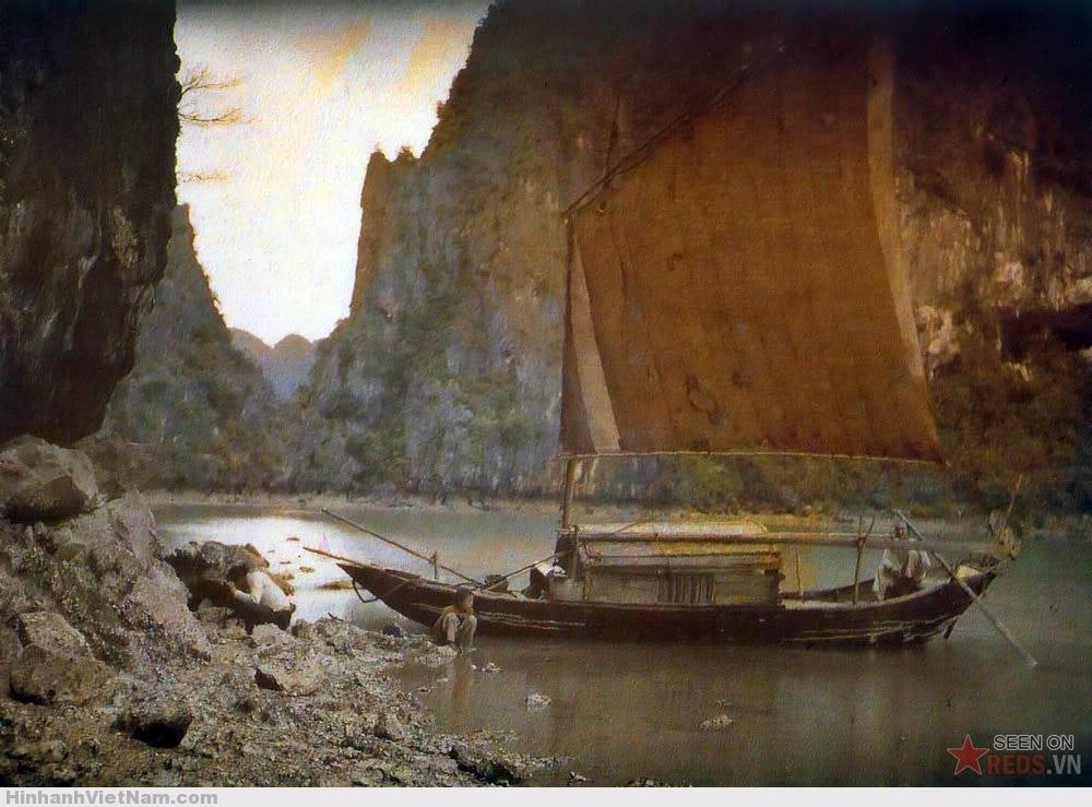 Thuyền trên vịnh Hạ Long, 1916.