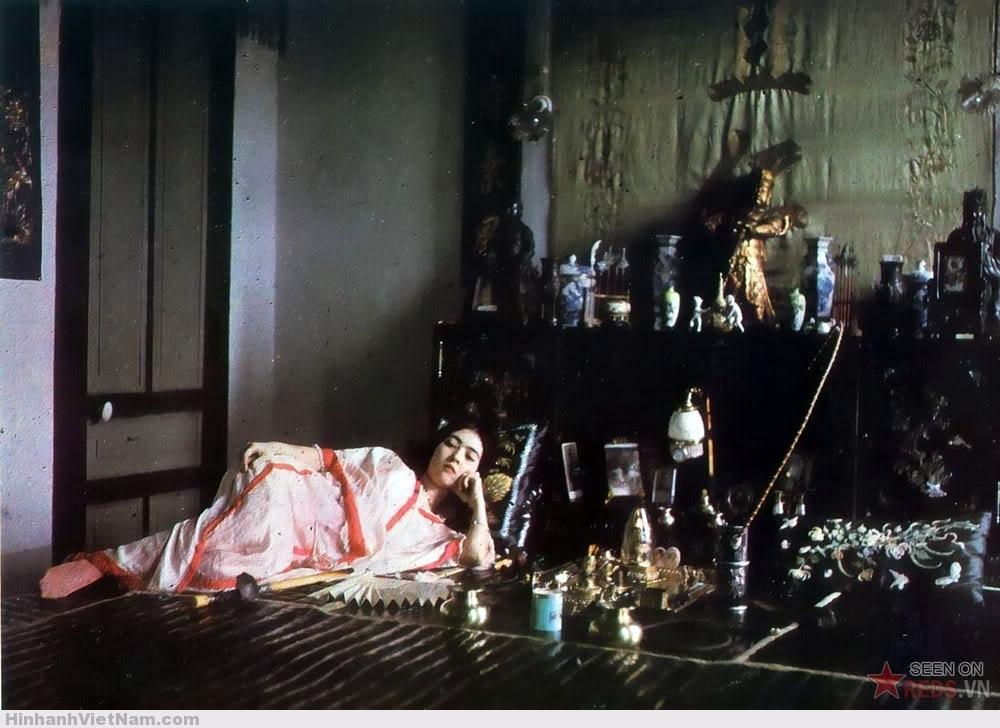 Cô gái người Hoa hút thuốc phiện, 1915.