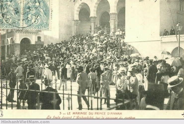 Dân chúng chờ đợi xe đám cưới vua Hàm Nghi ở Algérie