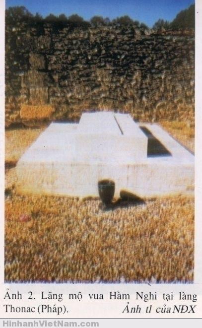 Ngôi mộ của vua Hàm Nghi ở làng Thonac (France
