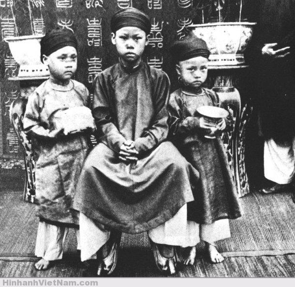 Từ trái sang phải, 3 hoàng tử: Bửu Lũy, Bửu Trang và Bửu Liêm. Các em của Vua Thành Thái (1891)