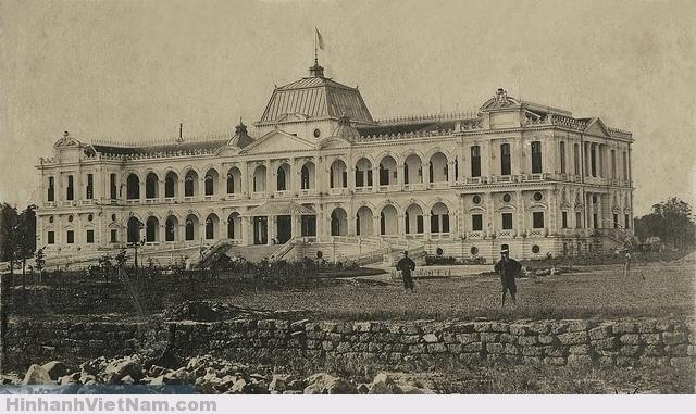 Đây là bức ảnh xưa nhất của dinh Norodom. dinh Toàn quyền vừa mới xây dựng xong, khoảng 1875 Palais du Gouverneur Général à Saïgon, Vietnam, circa 1875. Photo by Emile Gsell