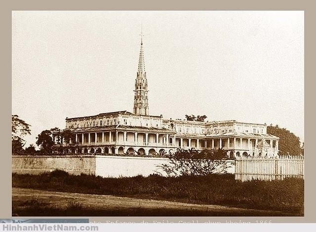 """La Sainte Enfance par Emile Gsell (ca.1866) Từ năm 1924 tên gọi """"Sainte Enfance"""" của tu viện này đã được đổi thành """"Saint Paul"""". Tu viện Sainte Enfance của các soeurs dòng thánh Phao Lô (St Paul de Chartres) là tu viện nữ tu đầu tiên ở Việt Nam. Hai nữ tu đầu tiên đến Saigon năm 1860, và tòa nhà được xây dựng xong vào năm 1864 theo thiết kế của Nguyễn Trường Tộ. Hình trên của Émile Gsell chụp năm 1866 tức hai năm sau khi xây xong. Tòa nhà này sau đó vào cuối thế kỷ 19 được thay thế xây lại như còn lại hiện nay (tháp chuông không còn)"""