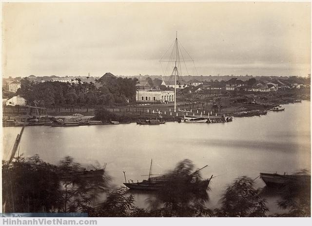 Vue de Saïgon en 1866 - cột cờ Thủ ngữ Photo by Emile Gsell. Cảng Saigon với cột cờ Thủ Ngữ, lúc này chưa có ngôi nhà lớn của ông Vương Thái (sau này xây ở cạnh tòa nhà giữa hình). Bên trái là rạch Bến Nghé.