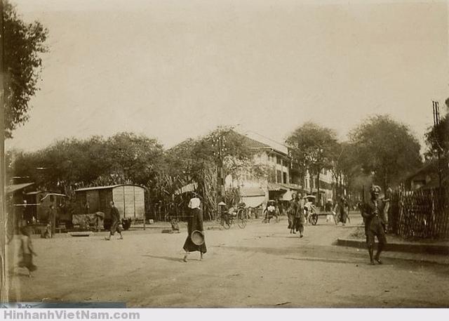 Saïgon Circa 1890 - Bức ảnh góc phố Chợ cũ, Rue d'Adran, cách nay hơn 120 năm Góc phố Blvd de la Somme và Rue d'Adran. Nay là góc Hàm Nghi - Hồ Tùng Mậu. Tòa nhà giữa ảnh nay là tiệm Như Lan.