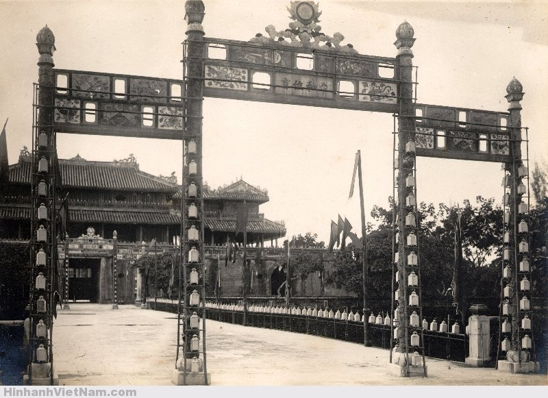 Phía bên trong cửa Ngọ Môn