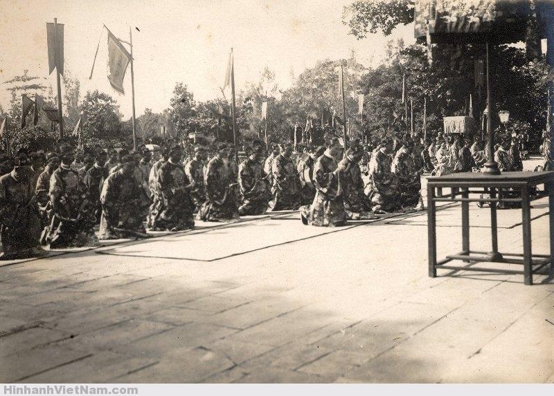 Bá quan lạy khi vào tới điện Thái Hòa