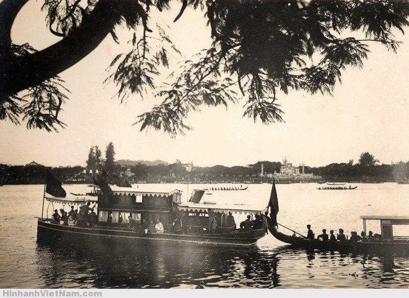 Thuyền của Thái Hậu và các bà phi coi đua thuyền