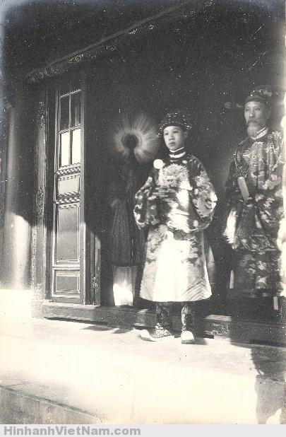 Thái tử Vĩnh Thụy (vua Bảo Ðại trong tương lai) và một viên quan