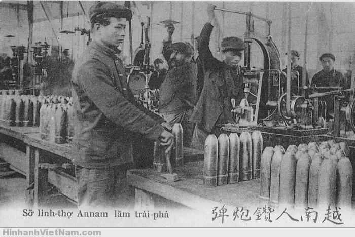 Trong một nhà máy chế tạo súng đạn ở Pháp