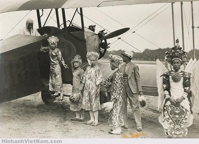 Các nghệ sĩ đoàn cải lương Phước Cương của xứ thuộc địa Nam Kỳ được đi thử máy bay lần đầu tiên ở Hội chợ Thuộc địa 1931, tổ chức tại Bois de Vincennes, Paris.