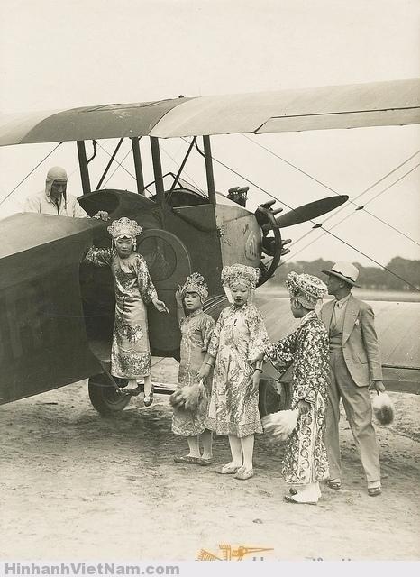 Chuyến bay đầu tiên của các nghệ sĩ Nam Kỳ tại Triển lãm thuộc địa 1931 - Baptême de l'air des danseuses cochinchinoises lors de l'exposition coloniale 1931