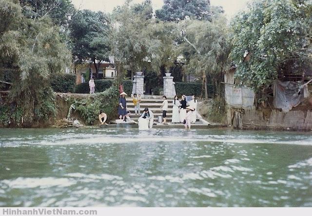 Các thiếu nữ giặt rũ bên sông Hương