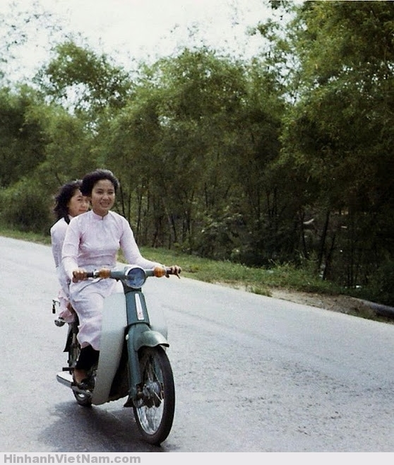 Hai nữ sinh trên chiếc Honda