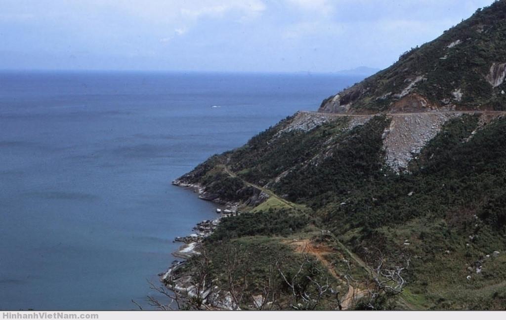 Bờ biển gần vịnh Vũng Rô