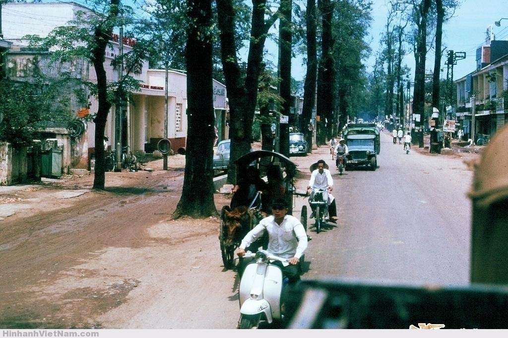 SAIGON 1965 - Đường Chi Lăng (nay là Phan Đăng Lưu) Photo by Jerry Cecil Đây là đoạn đường Chi Lăng khi chạy gần tới đường Ngô Tùng Châu ở xa phía trước thì cong sang phải. Xe vespa đang đi về phía Ngã tư Phú Nhuận.