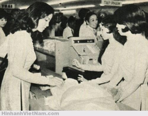 Diễn viên điện ảnh Kiều Chinh đến mua hàng tại siêu thị Nguyễn Du trước 1975