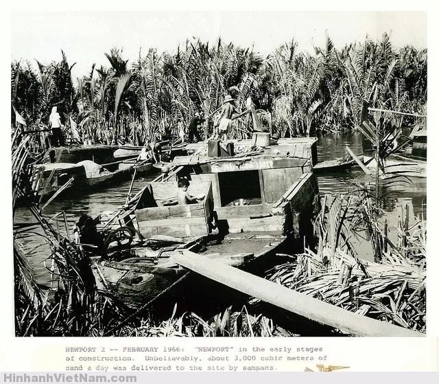 Tháng 2/1966: Tân Cảng trong giai đoạn đầu xây dựng. Khó thể tin được là mỗi ngày có tới 3.000 mét khối cát được ghe thuyền chở đến giao cho công trường san lấp mặt bằng