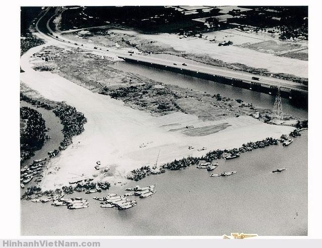 Saigon 1966 - Fill Operations of Phase I at Newport Công tác san lấp mặt bằng Giai đoạn I . April 1966