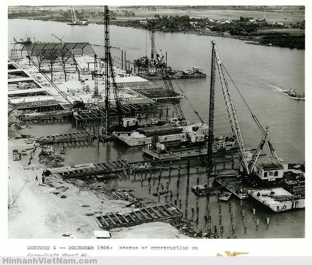 1966-67 U.S. Building of Newport Terminal on Saigon River Toàn bộ nền khu vực nhà kho được xây dựng trên cọc, nhờ vậy tại vị trí cầu cảng có được mớn nước sâu cho tàu tải trọng lớn.