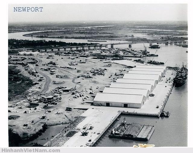 Tân cảng Saigon, phía trên là cầu Saigon trên xa lộ SG-Biên Hòa (cầu SAIGON chiều dài 986,12 m, rộng 24 m, khởi công tháng 11-1958 và khánh thành 28-6-1961)